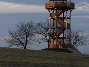 Rozhledna na Žernovníku ve večerním únorovém světle