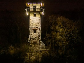 Alexandrovka v noci, přes údolí