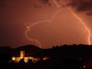 Hromy blesky nad černohorským zámkem