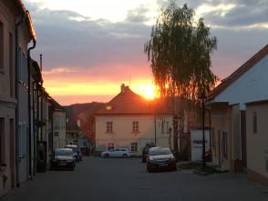 Západ slunce na ulici Plačkova, Boskovice