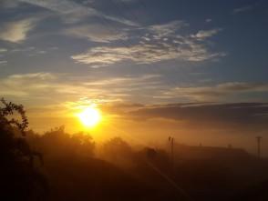 Východ slunce nad Blanskem vmlze – foceno zHořic