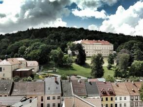 Pohled na zámek vBoskovicích – foceno zvěže radnice